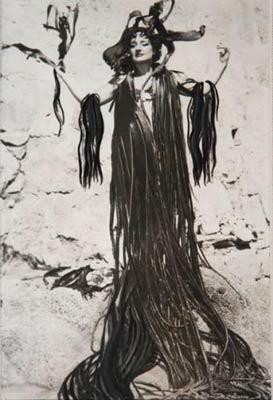 Maruja Mallo, con manto de algas